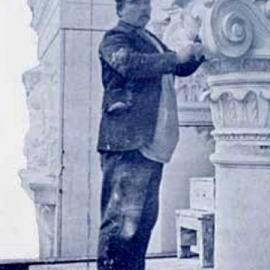 FR · En ce jour de fête nationale chez nos voisins français, nous nous devions de vous parler du sculpteur-ornemaniste Georges Houtstont, né à Paris mais très actif à Bruxelles. En 1862, il intervient sur le chantier de la Banque nationale de Belgique où il sera recruté de manière assez discrète par la volonté de l'institution de privilégier les artisans belges. Pour appuyer sa candidature, l'architecte Beyaert soulignera la technique particulière de l'artiste, à savoir, une taille à même l'ouvrage, sur l'échafaudage. Cette technique est appelée méthode française car en Belgique, les pierres étaient habituellement entièrement taillées en atelier avant leur mise en place.   NL · Op de nationale feestdag van onze Franse buren moeten we uiteraard praten over de beeldhouwer-ornamentist Georges Houtstont,  geboren in Parijs maar zeer actief in Brussel. In 1862 werke hij op de werf van de Nationale Bank van België, waar hij eerder discreet aan het werk werd gezet, omdat de Nationale Bank de voorkeur gaf aan Belgische ambachtslieden. Ter ondersteuning van zijn kandidaatstelling legde architect Beyaert de nadruk op de bijzondere techniek van de kunstenaar, waarbij de steen  ter plaatse, vanop de steiger, werd gekapt. Deze techniek wordt de Franse methode genoemd, omdat in België de stenen meestal volledig in het atelier werden gekapt alvorens ze werden geplaatst.   #quatorzejuillet #14juillet #fransenationalefeestdag #fetenationalefrancaise #houtstont #ornamentchallenge #nbbmuseum #instamuseum #brusselsmuseums #visitbrussels #hiddenbrussels #bank #banque #architecture #architectuur #architecturebancaire #bankarchitectuur #bankingarchitecture  #patrimoine #erfgoed #heritage #art #brussels #france #architect #detail #ornement